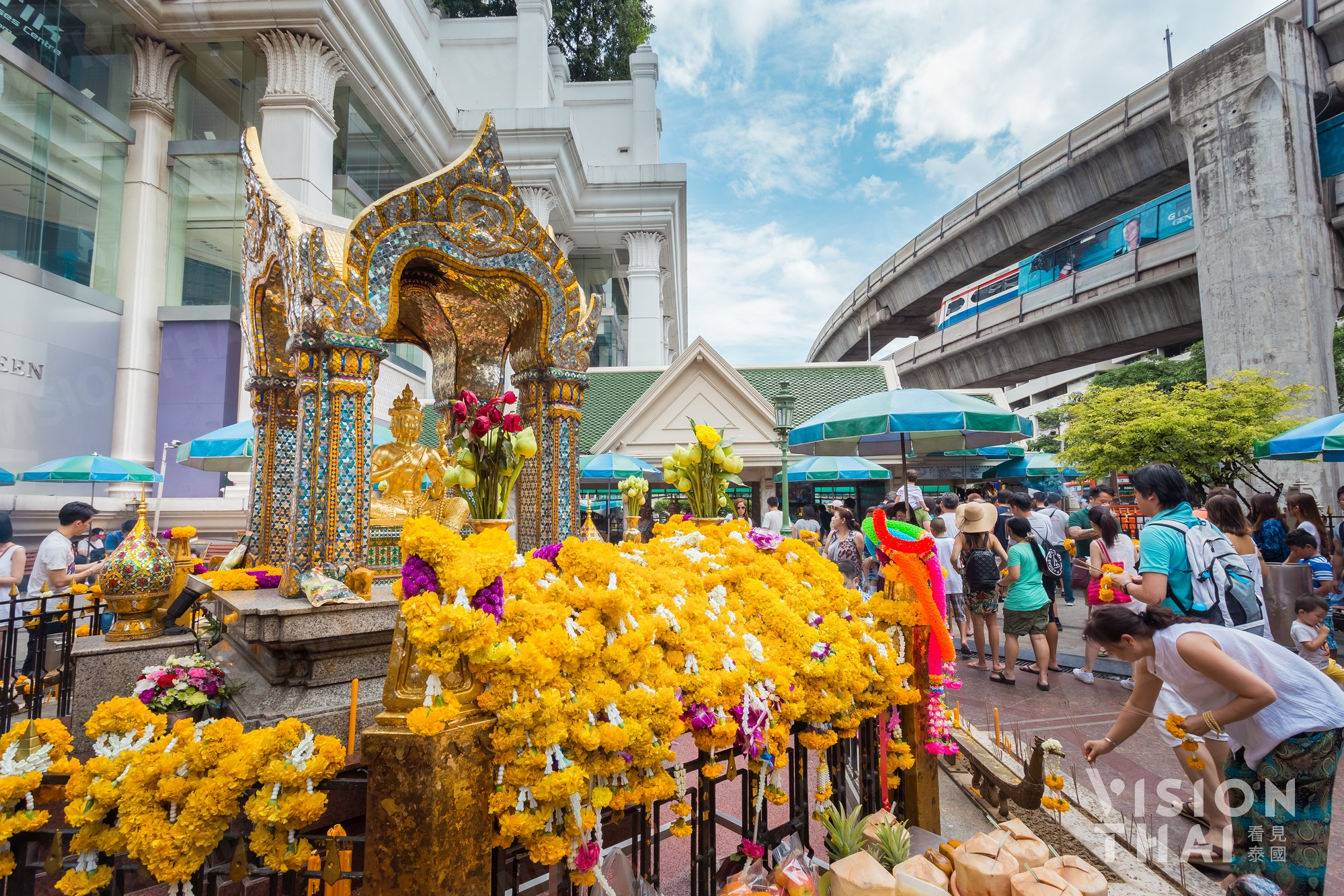 曼谷四面据传相当灵验 因此香火鼎盛 (VISION THAI)